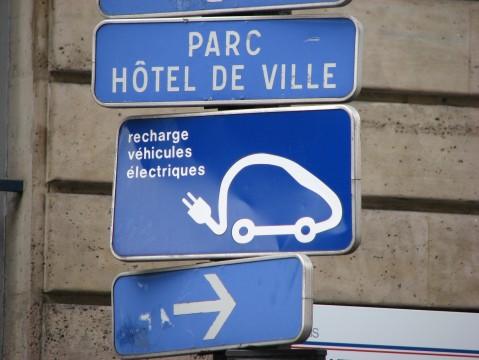 Hinweis auf Stromtankstelle in Paris