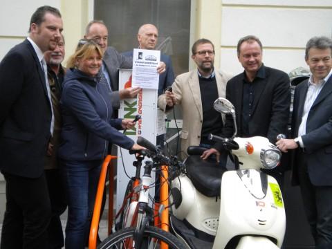 Feierliche Eröffnung der Stromtankstelle mit dem Bürgermeister, dem Vize :-), einem Kollegen der Wien Strom, mit Edda Mayer vom (kooperativen) Mautwirtshaus und und und