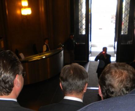 So sieht er von hinten aus, wenn er mit Mödlinger BürgermeisterInnen fotografiert wird.