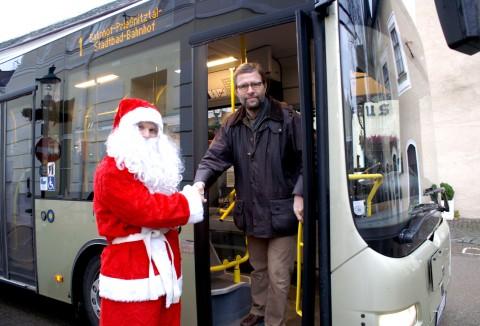 Der Verkehrsstadtrat begrüßt den Weihnachtsmann im Citybus