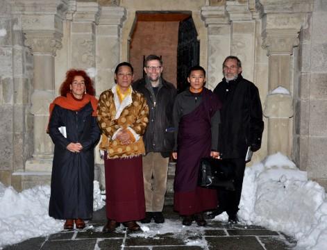 Gangteng Tulku Rinpoche vor dem Karner in Mödling