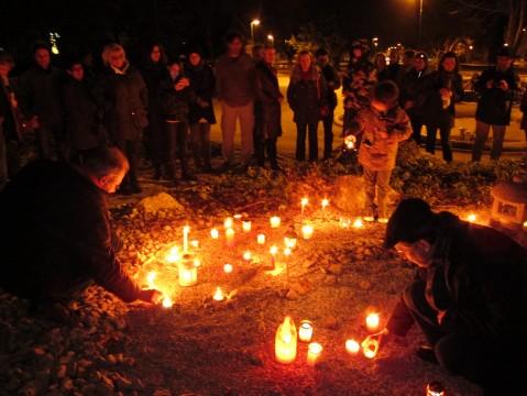 50 BürgerInnen in Mödling beim Japanischen Garten: Kerzen im Denken an die Menschen in Japan.