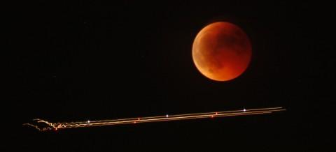 Mond (in Finsternis) + Flieger (wohin?)