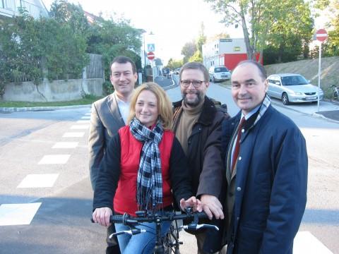 Vize Matthias Müller, GRin Sabine Hiermann, ein Vize aus Mödling und BM Dr. Linhart vor dem neuen Radweg