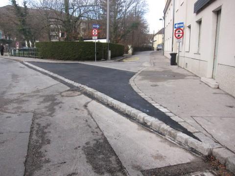 Seit gestern, 15.12.2011 ist die Einfahrt zur Liechtensteinstraße fertig: sowohl soll die Einfahrt in die Straße für PKWs erschwert, als auch die Sicherheit für RadfahrerInnen verbessert werden, die gegen die Einbahn fahren.