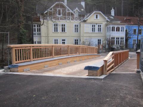 Seit ein paar Tagen steht die neue Holzbrücke über den Mödlingbach zur Mühlgasse
