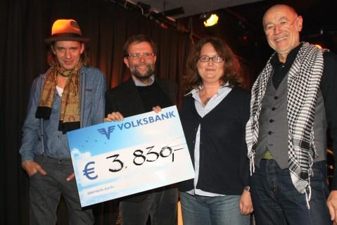 Die Summe wurde dann durch spontane Beiträge noch auf €4.000,- ergänzt.