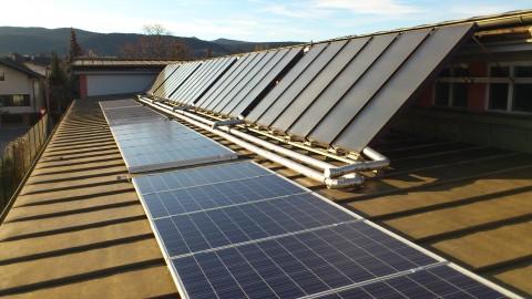 9 KWp am Dach des Wirtschaftshofe (neben der schon bestehenden tehrmischen Solaranlage)