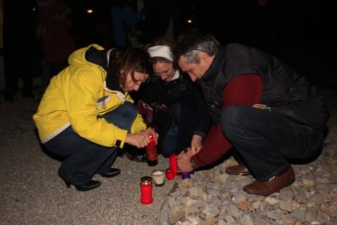 Vergebliche kollektive Versuche, bei starkem Wind Kerzen zu entzünden...