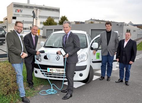 Bei der Übergabe am 27.9.2012: BM Hintner, Vorstandsdirektor Dr. Layr und die beiden Fahrer, die Kollegen Strebl und Sternecker