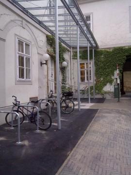Überdachter Radabstellplatz im Gemeindehof
