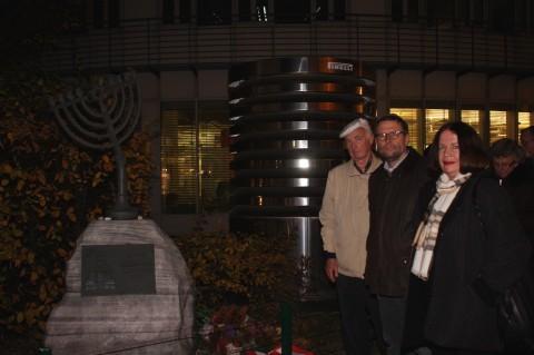 Am Denkmal für die zerstörte Synagoge: mit Ex-Bgm. Werner Burg und GR Rosemarie Forster