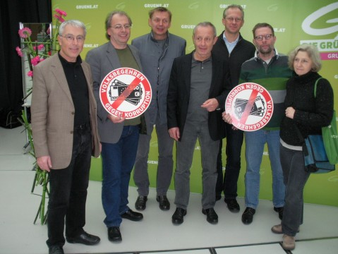 Die Delegierten aus dem Bezirk Mödling (Klaus Hochkogler fehlt auf dem Foto, weil er früher fahren musste) mit Peter Pilz und Wolfgang Zinggl