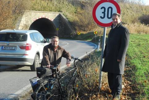 """An einem kalten Ende-November-Tag standen Vize Robert Weber (Guntramsdorf) und ich für eine Foto vor dem Tunnel """"Modell"""""""