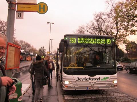 Fahrgäste warten in Mödling auf den 260er