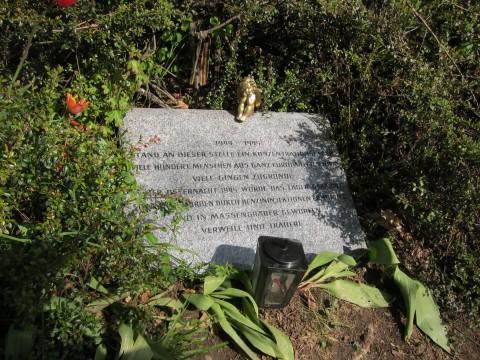 Die Tafel am Gedenkplatz für das KZ Hinterbrühl
