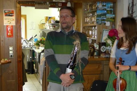 ...bei einer spannenden Rede :-/ zum Geburtstag - mit dem Geschenk des Bürgermeisters (das wir zu Fuß auf die Hütte getragen haben)