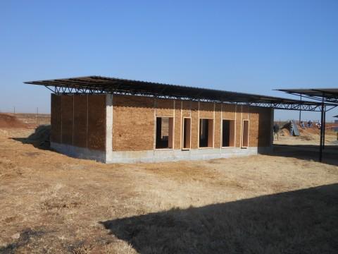 Der Rohbau ist fertig. Nach dem Austrocknen der Lehm-Mauern wird verputzt und dann kommen die Scheiben in die Fensterrahmen