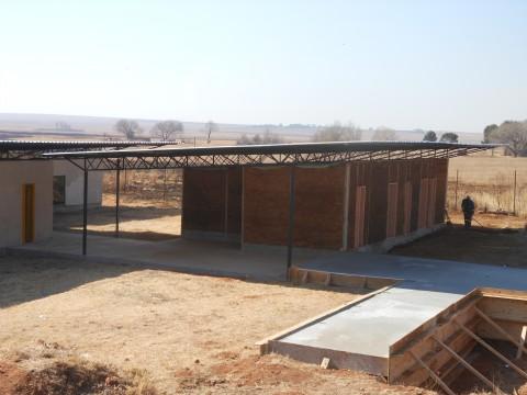 Vor dem Klassengebäude wurde auch noch das Fundment für einen Sanitärzubau betoniert