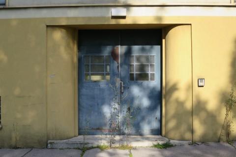 Heute fest verschlossen: der Eingang in eines der Gebäuder der ehemaligen Gendarmeriezentralschule