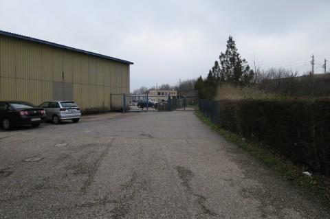 Vor dem Betriebsgelände von Wallner & Neubert gehts rechts zwischen Firmenareal und Kleingartenanlage weiter.